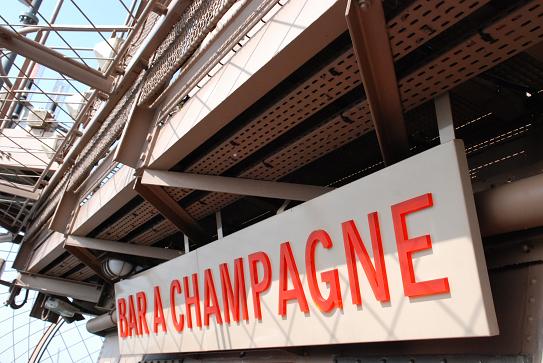 Un bar à champagne en haut de la tour